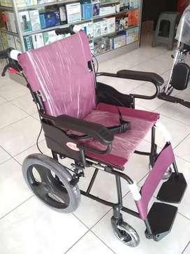 Kursi roda travel hitam maron