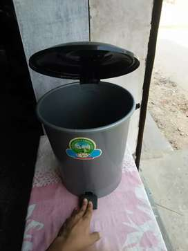 Dustbin with cap
