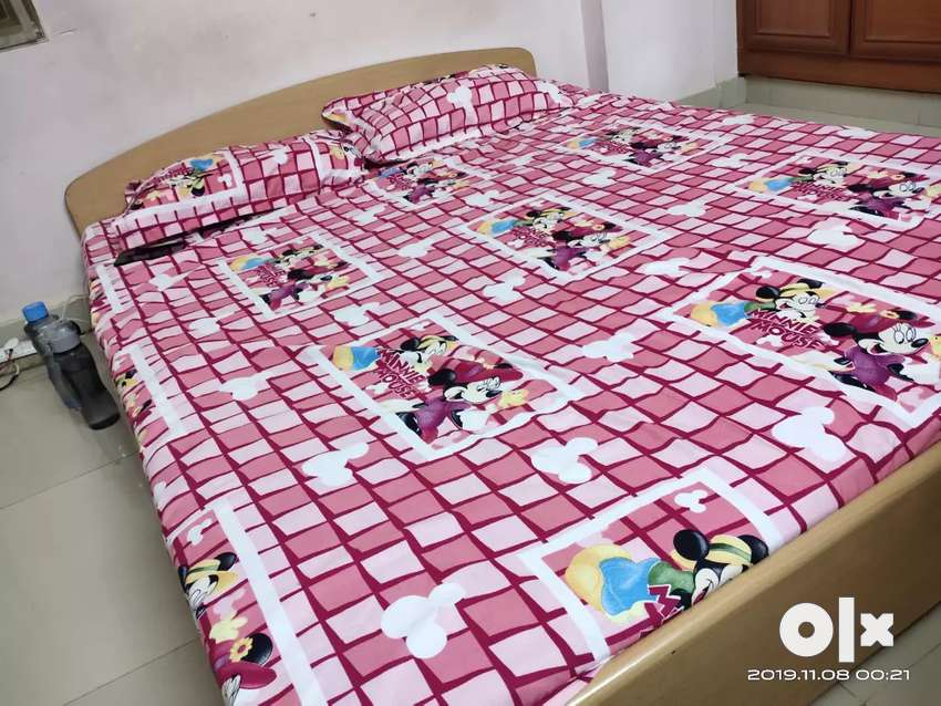 Queen size bed and sleepwell mattress 0