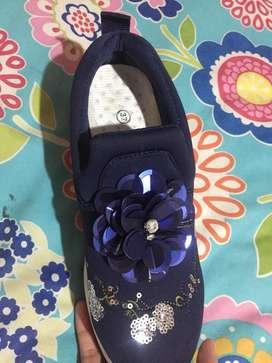 Sepatu sport warna navy