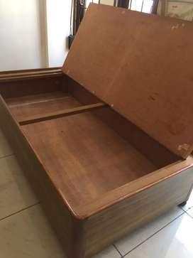 Diwan with box.