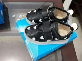 Aneka sandal dan sepatu anak perempuan