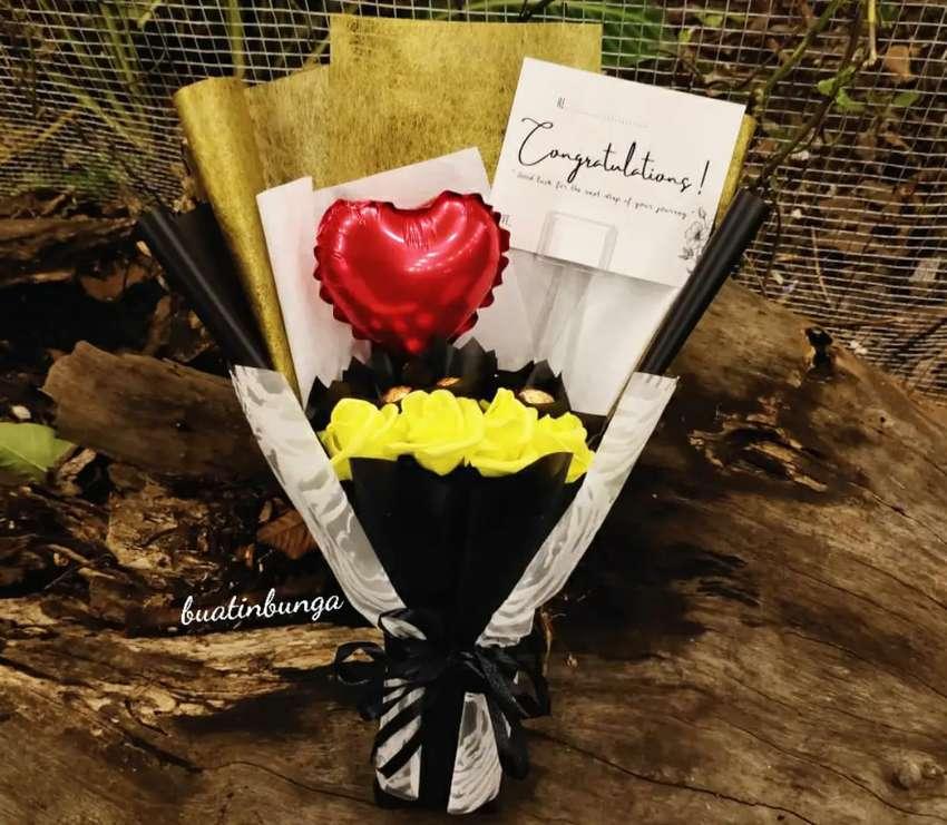 Buket exclusive isi bunga artificial,bola coklat dan balon hati