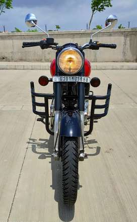 ITS ROYAL ENFIELD CALSSIC 350 IN RED EDITION MODEL