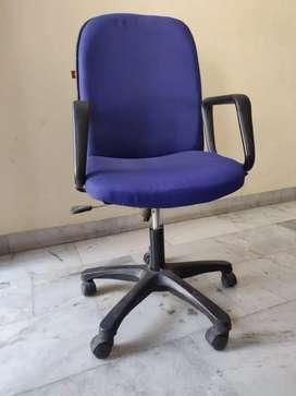 Computer chair with adjustable height and wheels
