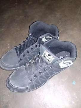 Jual sepatu sneaker ori blum pernah di pke