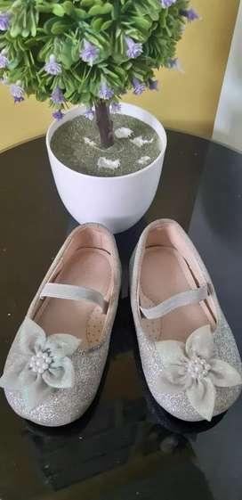 Sepatu pesta anak cewek usia 2 tahun.