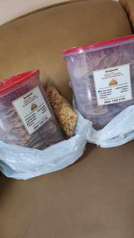 Rempeyek kacang tanah bebas kirim Malang Kota Toples 4 Literan