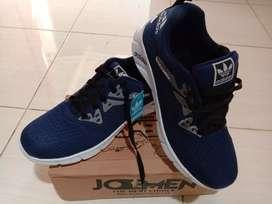 Sepatu running merk adidas