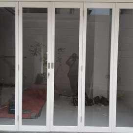 Pintu lipat alumunium kaca polos
