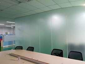 Pasang stiker Sanblas/kaca film lebih efisien untuk ruang kerjakantor