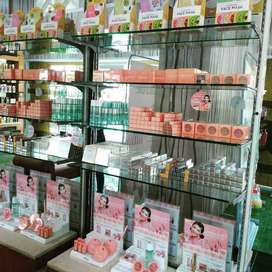 penjaga toko kosmetik