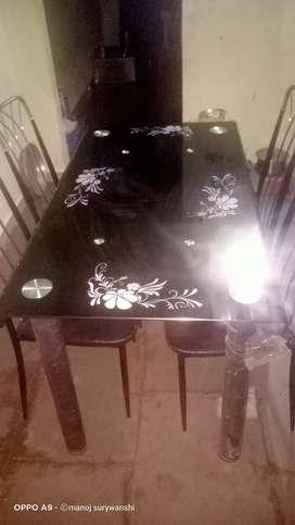 डायनिगं टेबल विकणे आहे लवकरात लवकर. लोकेशन पुणे हिजंवडी