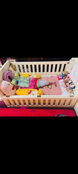 Tempat tidur kayu bayi