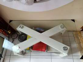 Meja tamu putih
