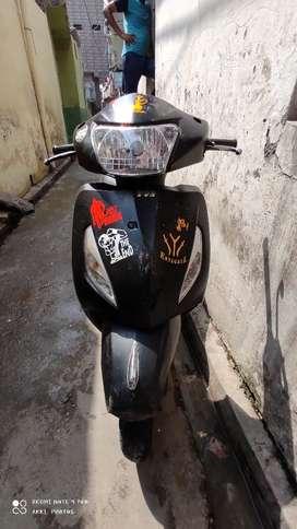 2 alag alag scooter hai sare photo dale huye hai