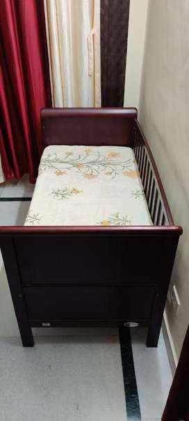 Crib for infants and toddlers