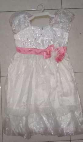 Gaun anak perempuan.