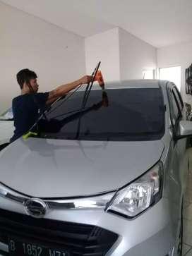 Teknisi pemasangan kaca film gedung dan mobil