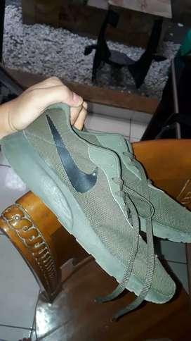 Sepatu running nike army