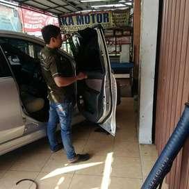 Pemasangan kaca film mobil