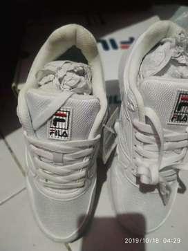 Sepatu meek Filla warna putih ukuran. 39