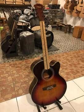 Gitar akustik string tinggal main