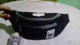 Tas pinggang/ waist bag dan bisa di selempang