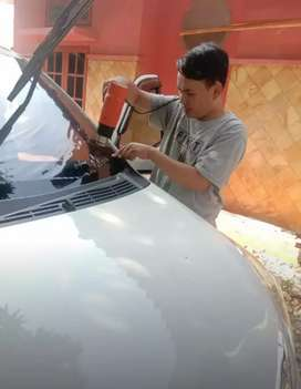 teknisi khusus pemasangan kaca film mobil dan gedung