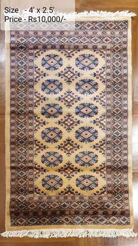 Economical floor rug with traditional style