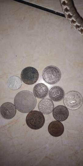 kumpulan koin dan uang kertas