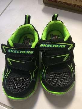 Sepatu sketchers anak ukuran 4