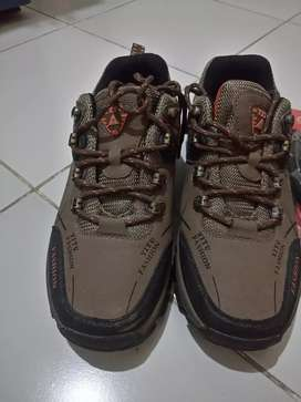 Sepatu outdor warna coklat no  39 dapat bonus sendal CARVIL no 38