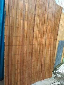 Tirai kulit bambu dan tikar rotan sampai rumah