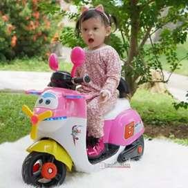 Motor Aki Anak Scoopy Vespa Pink + Helm / Kado Balita Cantik Wings