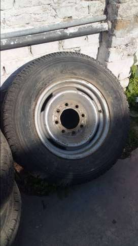 Used tyres and rim set 8 nuts chevorlet