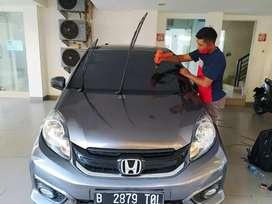 Pemasangan kaca film mobil di kerjakan oleh teknisi-teknisi handal