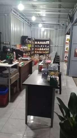 Karyawati(wanita)toko keripik