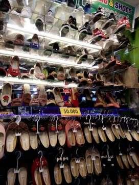 karyawan di toko sendal dan sepatu