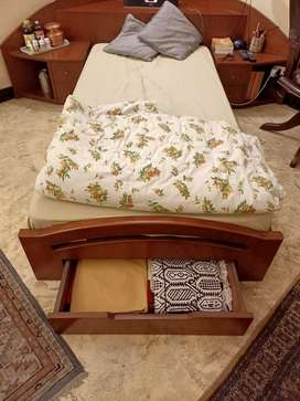 Single Bed-Unique Excellent condition Solid Teakwood