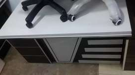Laminated Office table size 4.5*2.5