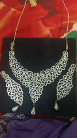 Necklace with earrings in golden base
