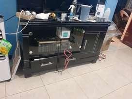 Meja TV warna hitam bahan triplek