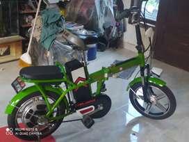 Sepeda Lipat Listrik elektrik Mulus warna hijau daun