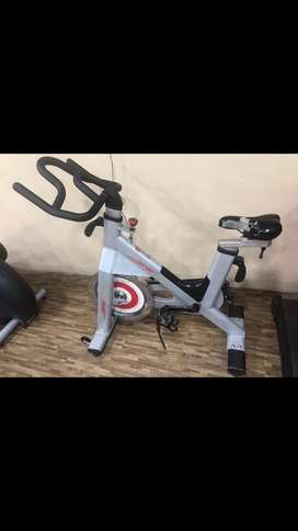 JERAI FULLY COMMERCIAL SPIN BIKE & ROD STAND IN GOOD CONDITION