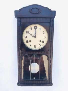 Jam bandul kuno antik