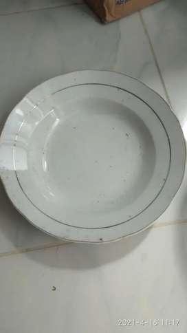Piring makan putih dan kuning bening