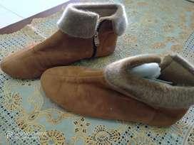 Sepatu boot coklat bulu