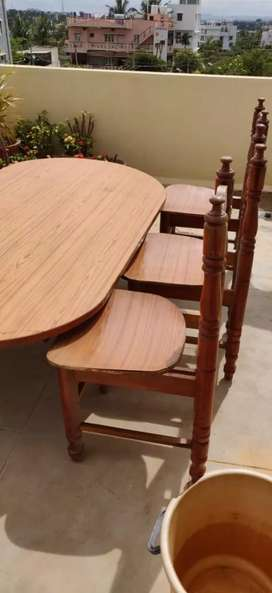 Dining Table with capacity seating of 6