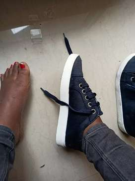 Shoes am selling cause i dont want them again thats why